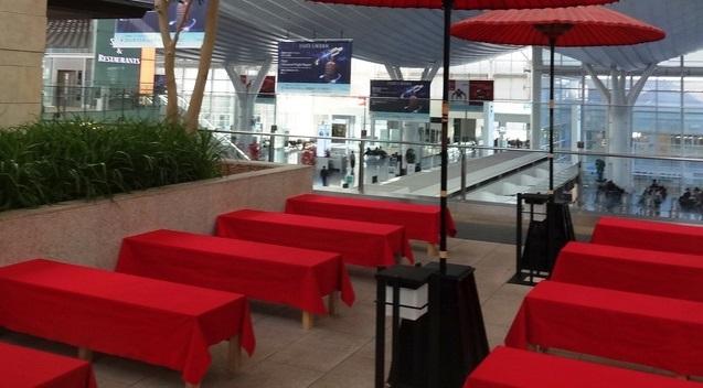 羽田空港 赤い長椅子