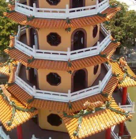 蓮池潭龍虎塔虎塔を龍塔から望む
