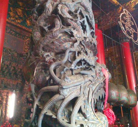 天府宮の中の龍柱