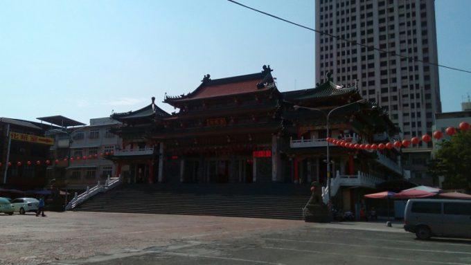 高雄三鳳宮前の大きな駐車場