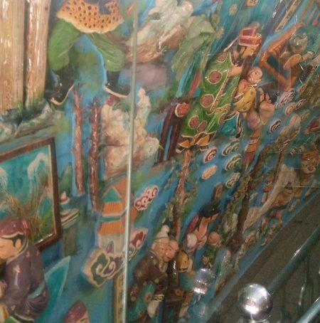 蓮池潭龍虎塔龍の内部陶製の壁画がガラスで保護されてます