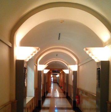 雀替装飾の美しいアーチ型の廊下