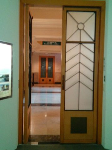 独特なデザインのドア窓格子