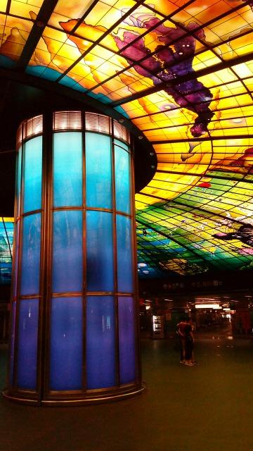 美麗島駅光之穹頂青い柱