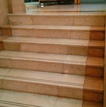 高雄市立歴史博物館の大理石の階段床面