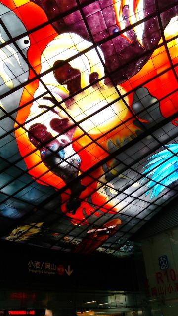 美麗島駅の光之穹頂赤い家族愛